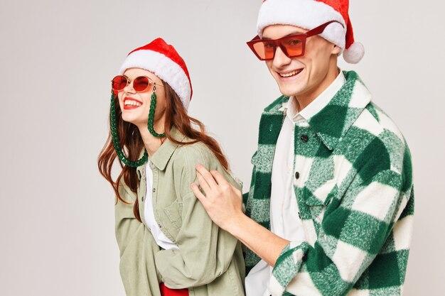 Allegro uomo e donna in occhiali da sole capodanno abbraccia vacanza insieme