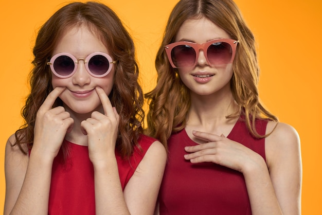 Mamma allegra e figlia che indossano occhiali da sole lifestyle amicizia famiglia