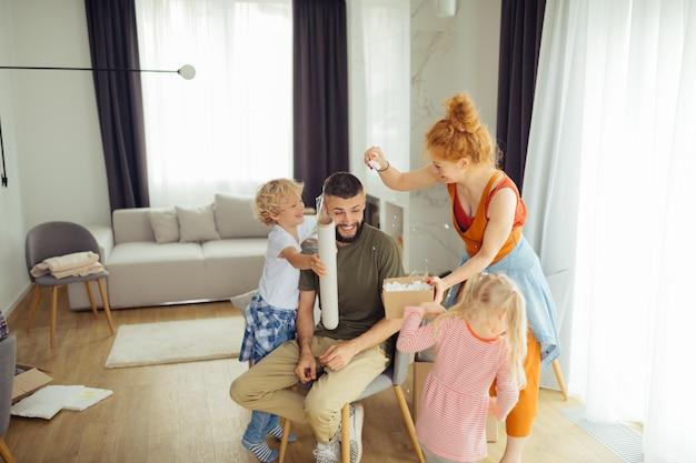 Uomo simpatico allegro che gode del tempo con la sua famiglia