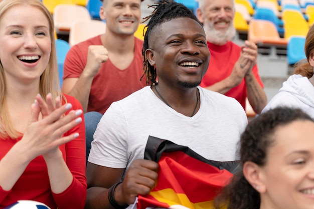 Gente allegra che guarda una partita di calcio
