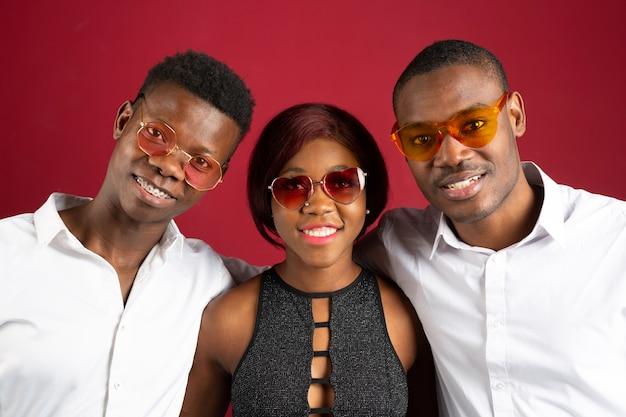 Persone allegre che indossano occhiali da sole