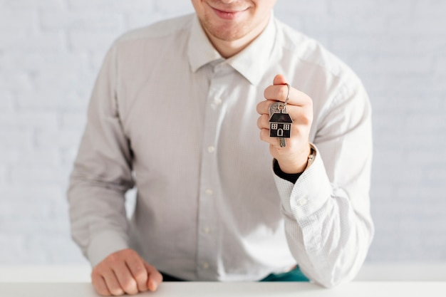Persona allegra con le chiavi
