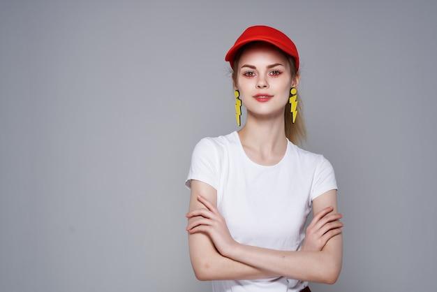 Allegra bella ragazza berretto rosso trucco orecchini glamour sfondo isolato
