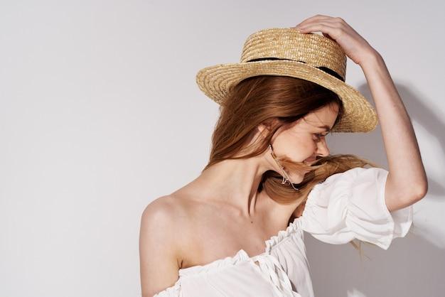 Modello di studio di lusso di fascino di cappello estivo donna graziosa allegra.