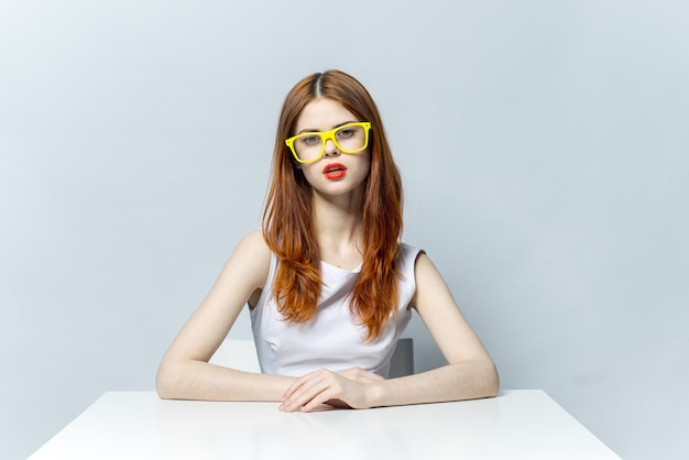 I vetri gialli della donna dai capelli rossi allegri sorridono le labbra rosse