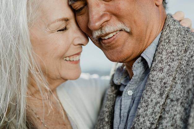 Allegra coppia di anziani che balla sul molo di santa monica