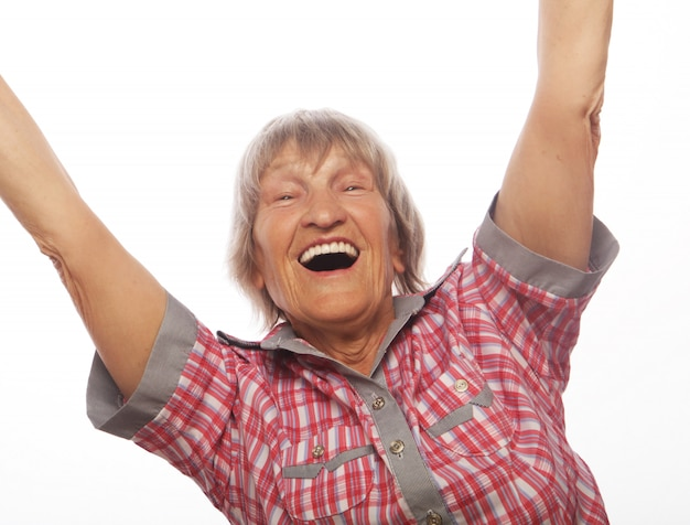 Donna senior allegra che gesturing vittoria