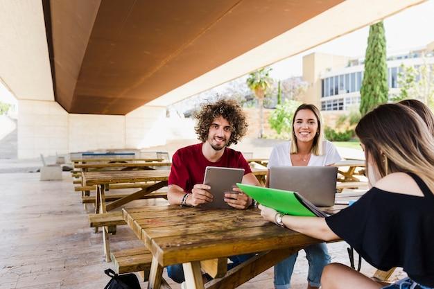 Studenti allegri con gadget che guarda l'obbiettivo