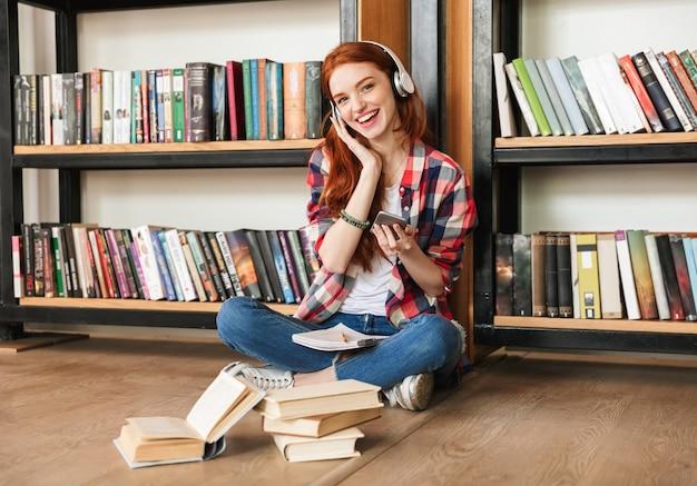 Allegro ragazza adolescente facendo i compiti