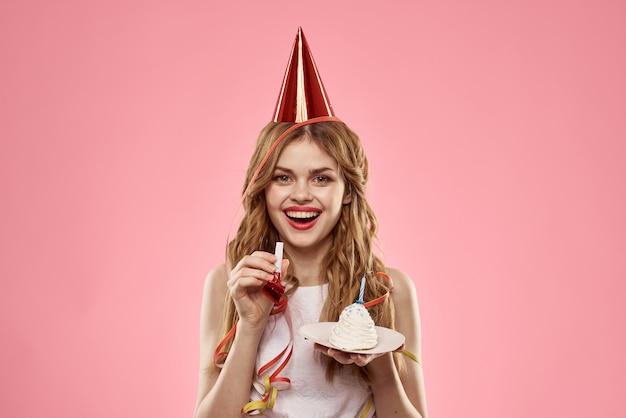 Donna allegra festa di compleanno divertente torta rosa