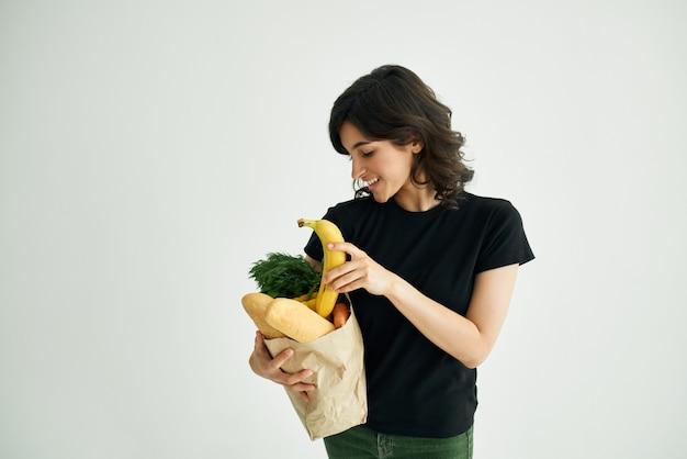 Donna allegra in una maglietta nera cibo cibo sano