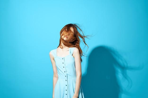 Donna allegra in vestito blu sguardo attraente in posa sfondo isolato. foto di alta qualità