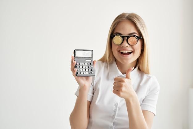 Calcolatrice donna allegra in mano e tecnologie minerarie bitcoin. foto di alta qualità