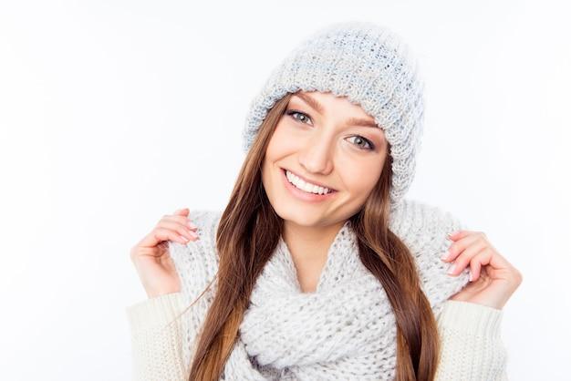 Abbigliamento donna allegra in sciarpa e cappello caldi, foto da vicino