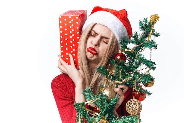 Donna allegra vestita come emozioni del regalo di santa vacanze di natale. foto di alta qualità