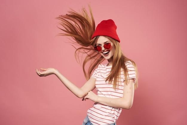 Donna allegra emozioni stile di vita glamour alla moda