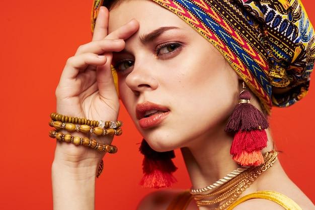 Donna allegra etnia multicolore foulard trucco glamour sfondo isolato