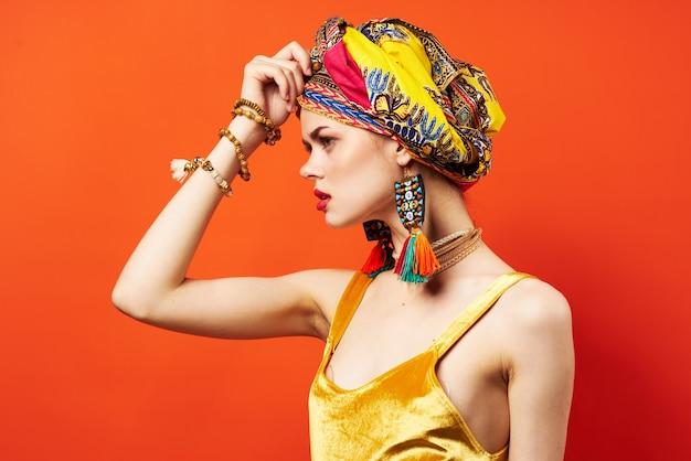 Modello multicolore dello studio di fascino di trucco del foulard di etnia allegra della donna. foto di alta qualità