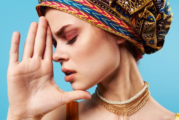 Donna allegra etnia multicolore foulard trucco glamour studio model