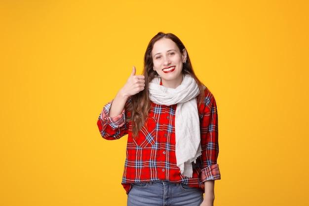 Donna allegra che gesturing pollice in su