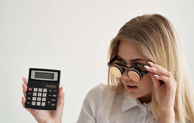 Donna allegra occhiali sotto forma di criptovaluta bitcoin calcolatrice denaro finanziario.