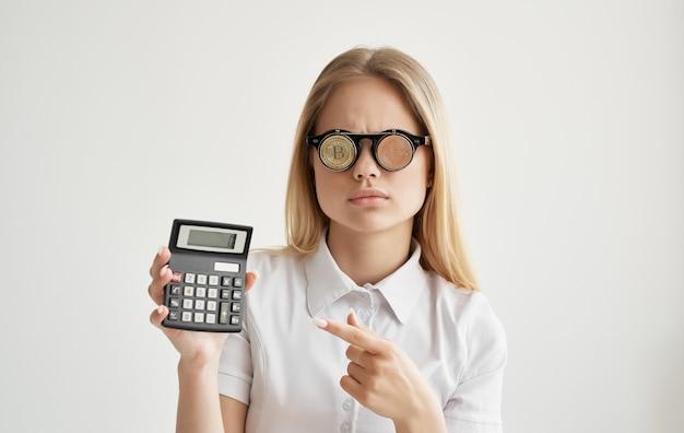 Donna allegra occhiali sotto forma di criptovaluta bitcoin calcolatrice denaro finanziario
