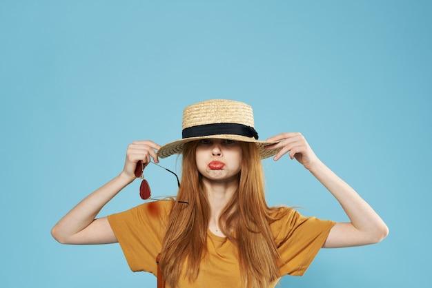 Donna allegra in cappello eleganza occhiali moda emozioni
