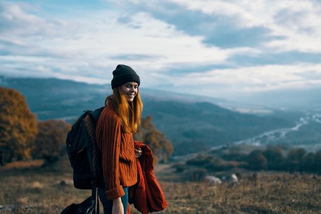 Le montagne della natura della viandante della donna allegra viaggiano accanto all'amicizia di libertà del cane