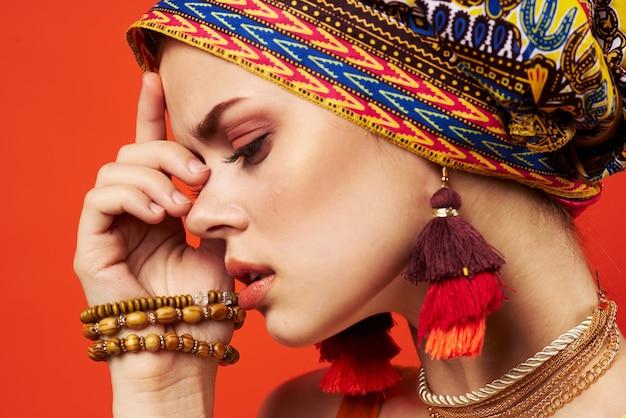 Donna allegra scialle multicolore etnia stile africano decorazioni sfondo rosso