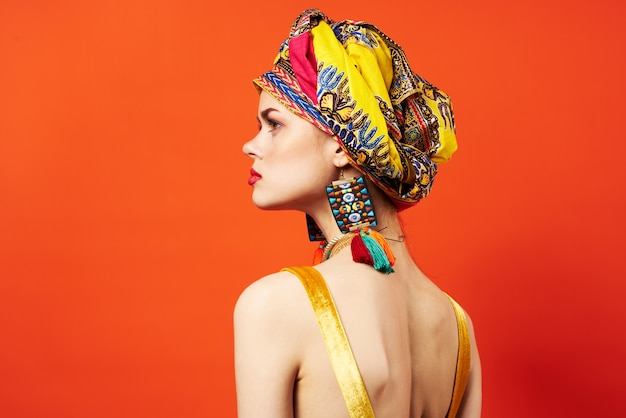 Donna allegra scialle multicolore etnia stile africano decorazioni modello da studio