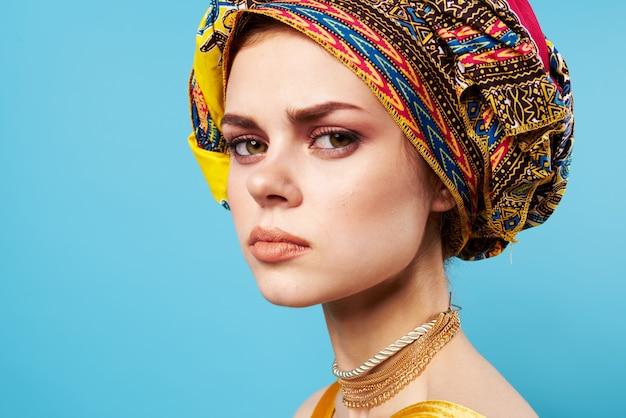 Donna allegra in turbante multicolore aspetto attraente gioielli smile studio model