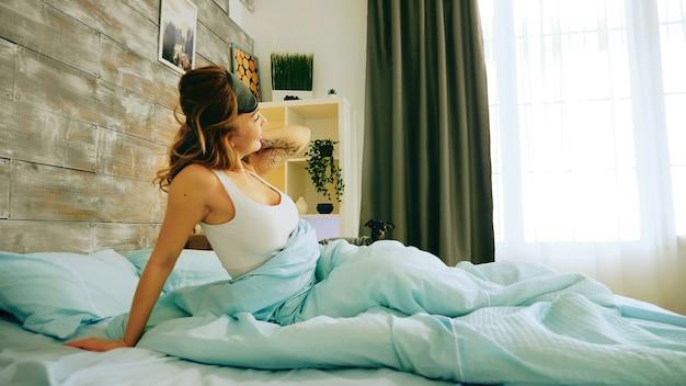 Donna allegra in pigiama che si sveglia presto la mattina. cagnolino.