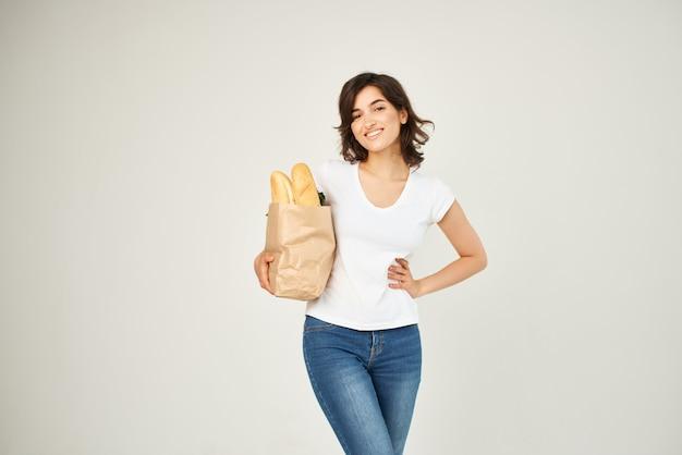 Sacchetto di carta donna allegra di consegna di verdure di generi alimentari