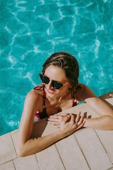 Donna allegra in una piscina