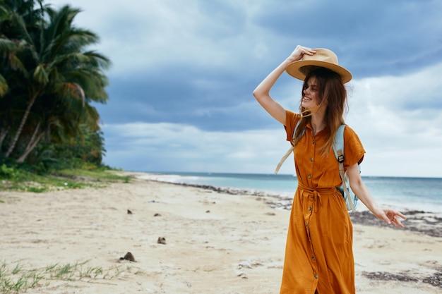 Donna allegra in posa sulla spiaggia