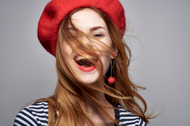 Donna allegra in un gesto di labbra rosse maglietta a righe con il suo stile di vita delle mani