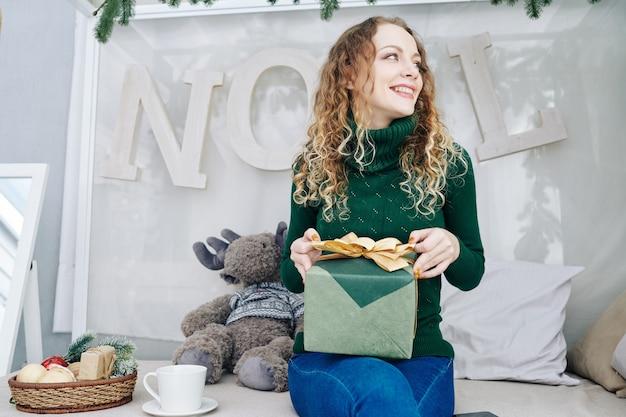 Donna allegra nell'apertura del maglione presente