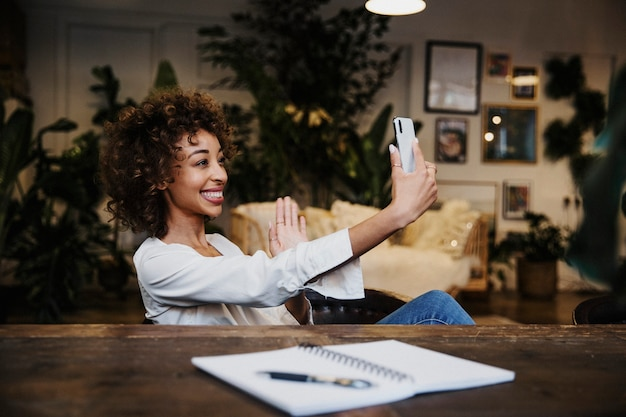 Donna allegra che si fa un selfie nella sua casa vintage