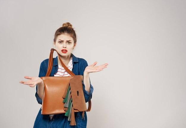 Posa moderna di stile moderno dello zaino dell'adolescente della donna allegra