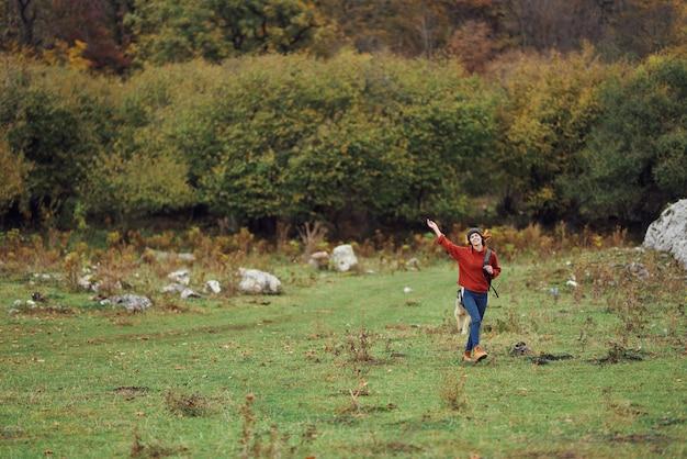 Alberi di aria fresca di viaggio autunno turistico donna allegra. foto di alta qualità