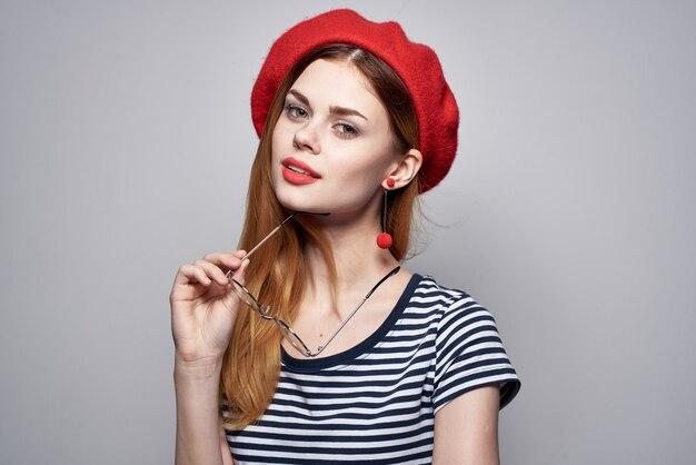Donna allegra che indossa occhiali in posa moda look attraente orecchini rossi gioielli stile di vita. foto di alta qualità