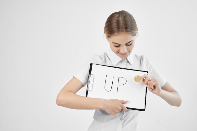 Donna allegra in una camicia bianca con una cartella in mano sfondo isolato. foto di alta qualità