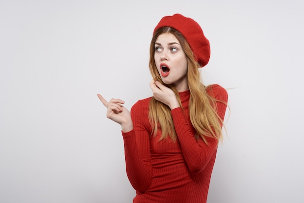 Donna allegra con un berretto rosso in testa glamour isolato sfondo. foto di alta qualità