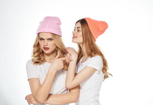 Donne allegre lifestyle glamour fashion studio amicizia vista ritagliata
