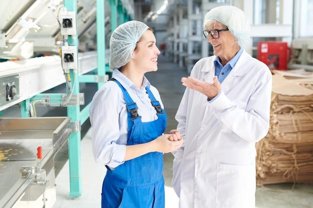 Lavoratori allegri alla fabbrica alimentare
