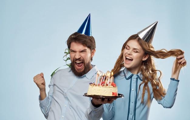 Allegro giovane coppia festa di compleanno torta divertente. foto di alta qualità
