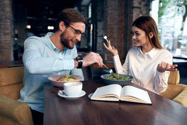 Allegro giovane coppia in caffè colazione lavoro colleghi lifestyle