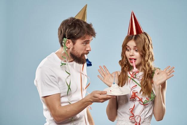 Allegro giovane coppia vacanza compleanno divertente sfondo blu