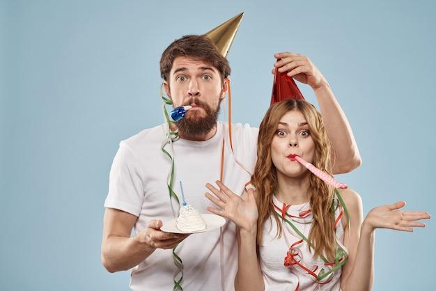 Allegro giovane coppia vacanza compleanno divertimento blu