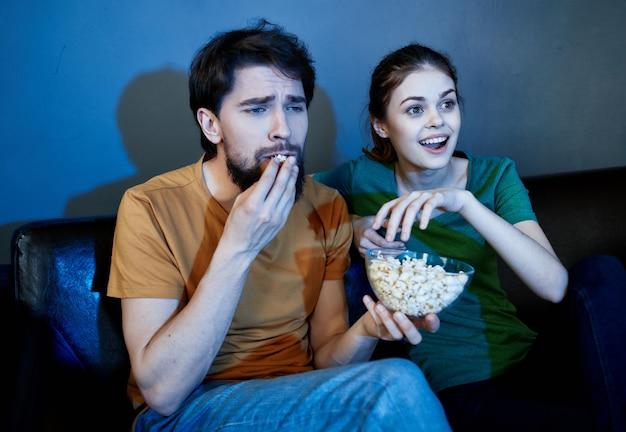 Allegra giovane coppia a casa a guardare la tv relax serale